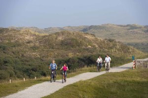 family cycling in the dunes between Scheveningen en Wassenaar